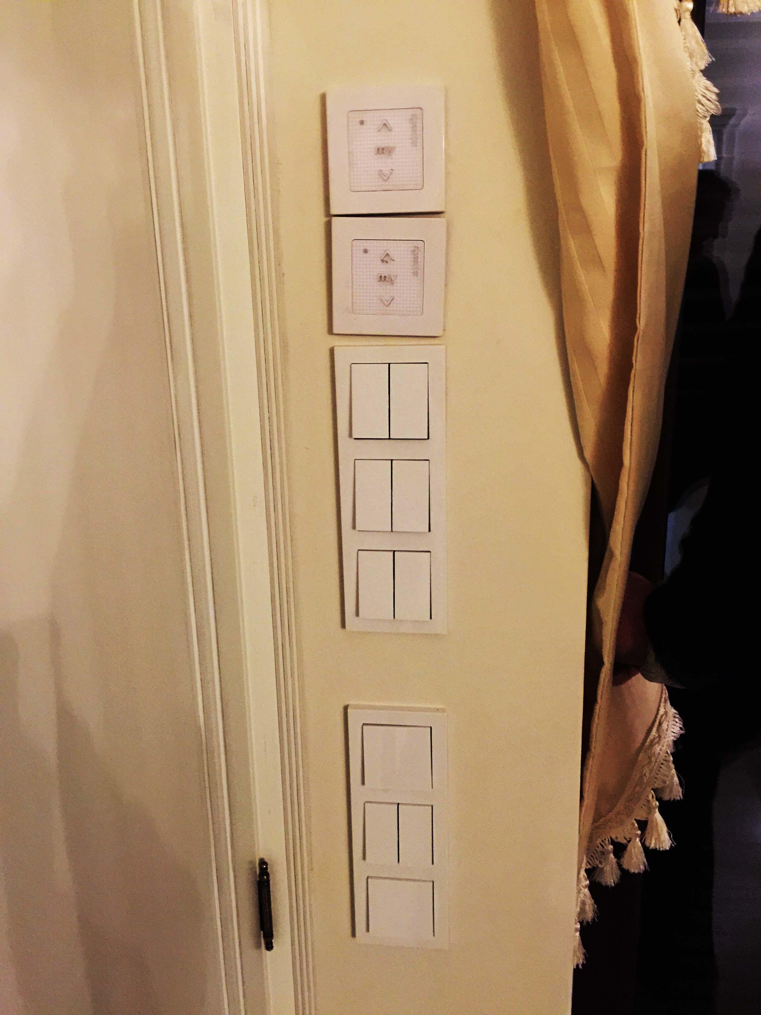 Rzędy włączników na ścianie